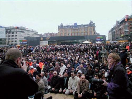 Muslimer under fredagsbønnen på Rådhuspladsen i København 2003. Source: Pinterest