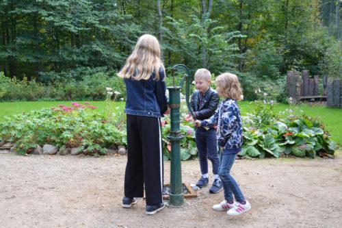 Børn udforsker en gammel vandpumpe på Grevemosehus i naturskolen i Rudersdal © schousboe
