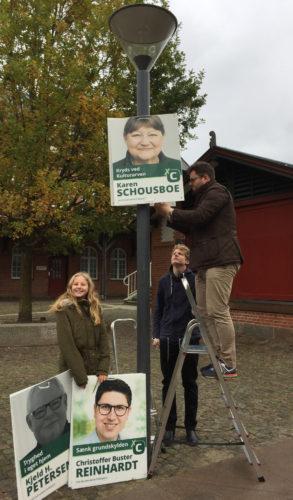 Kryds ved Kulturarv. Familien hjælper med at hænge plakater op © Karen Schousboe