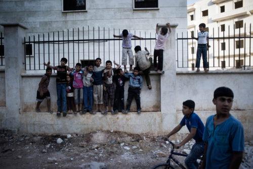 Drenge, der leger på gaden i Aleppo Photo: UNICEF/Romenzi