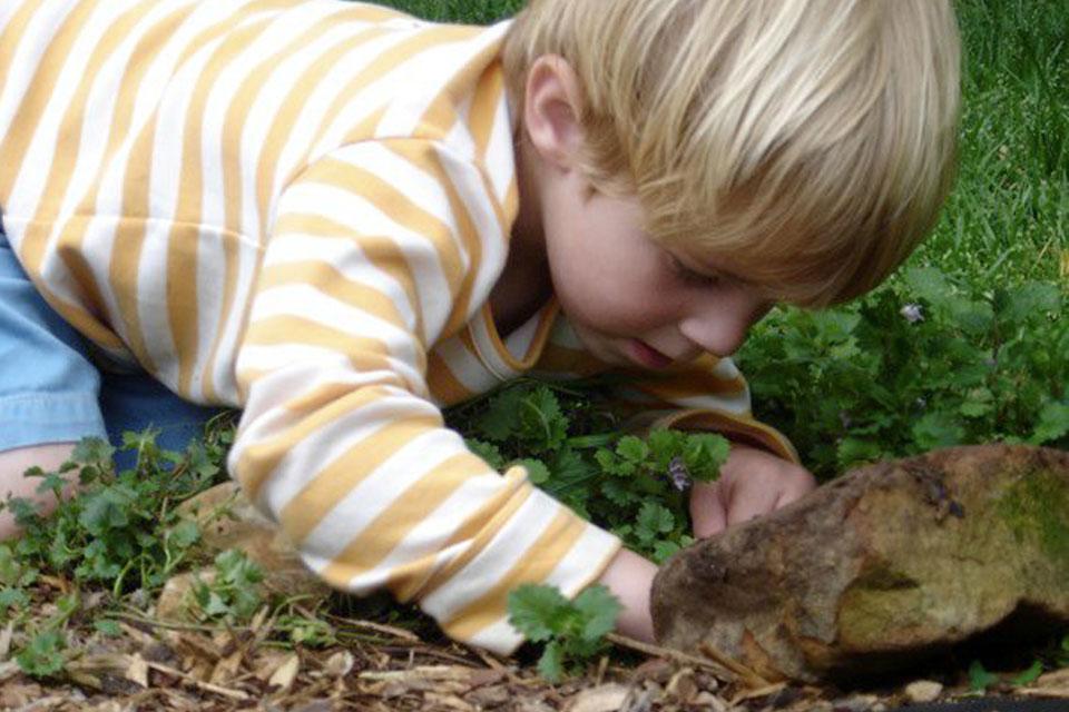 Barn der graver efter regnorme © In the Messy